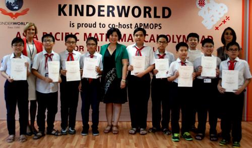 10 học sinh Hà Nội được trao chứng nhận bạch kim